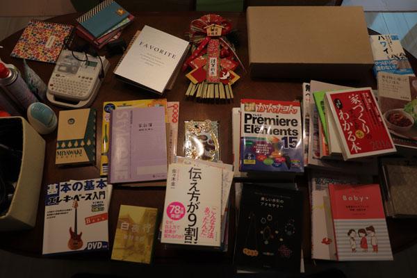 本棚から本じゃないものもたくさん出てきた
